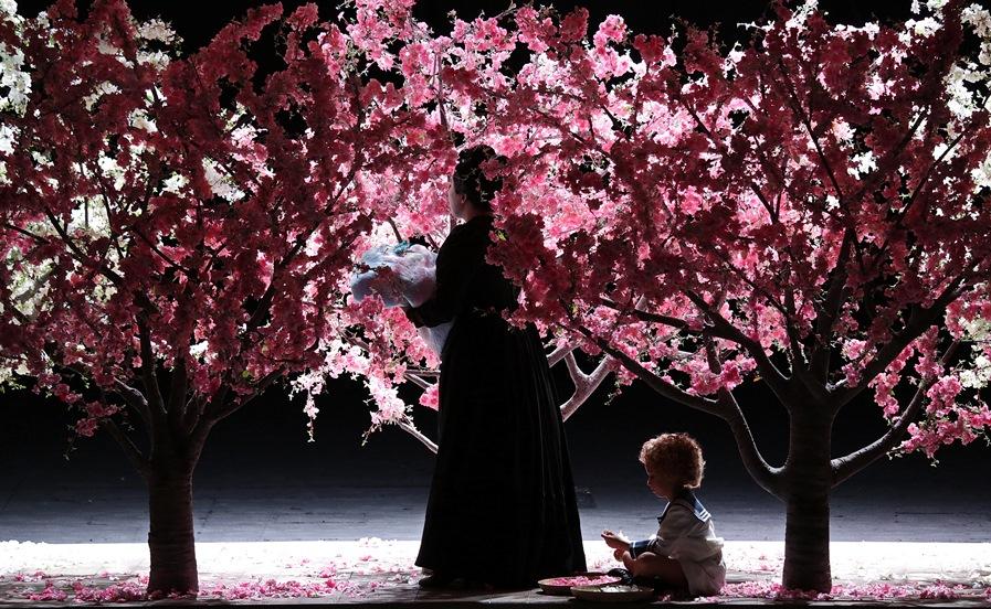 """Luci e ombre, teatro kabuki e iconografia giapponese per la """"Butterfly"""" alla Scala"""