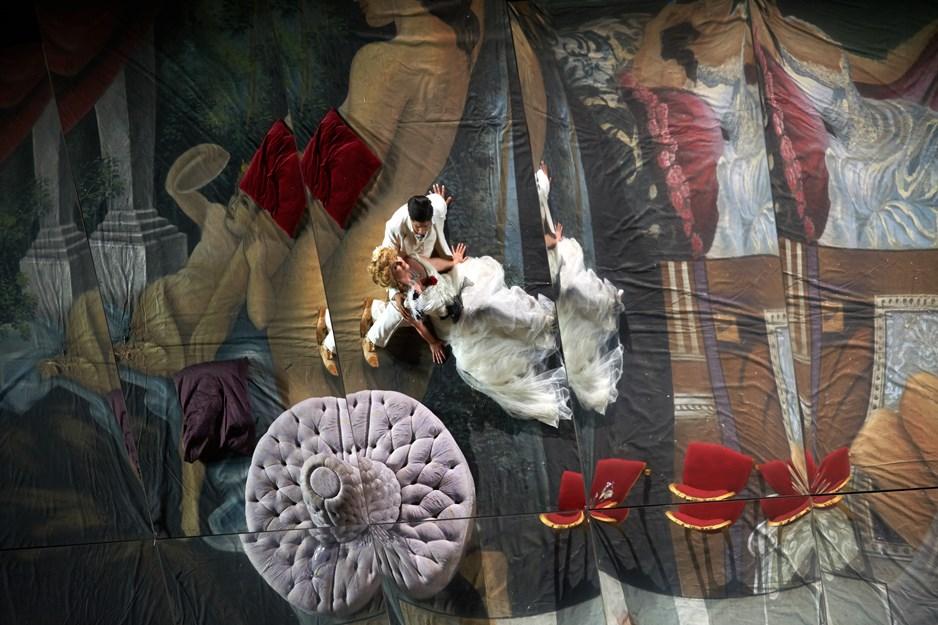 """La famosa """"Traviata"""" degli specchi di Svoboda torna allo Sferisterio"""
