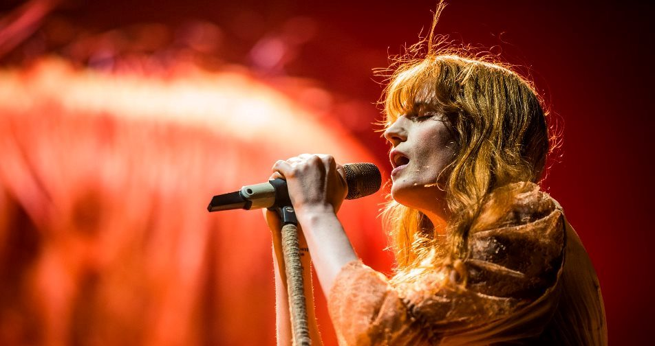 """Hold on to each other"", stretti in un cosmico abbraccio per Florence and the Machine"