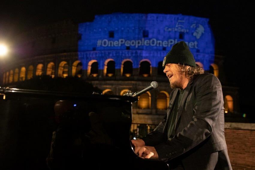 """#OnePeopleOnePlanet: Zucchero """"Canta la vita"""" dal Colosseo"""
