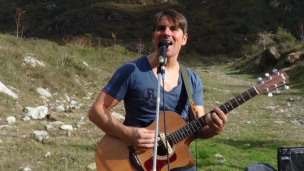 """Max Deste canta l'amore e l'ozio in """"Dolce far niente"""""""